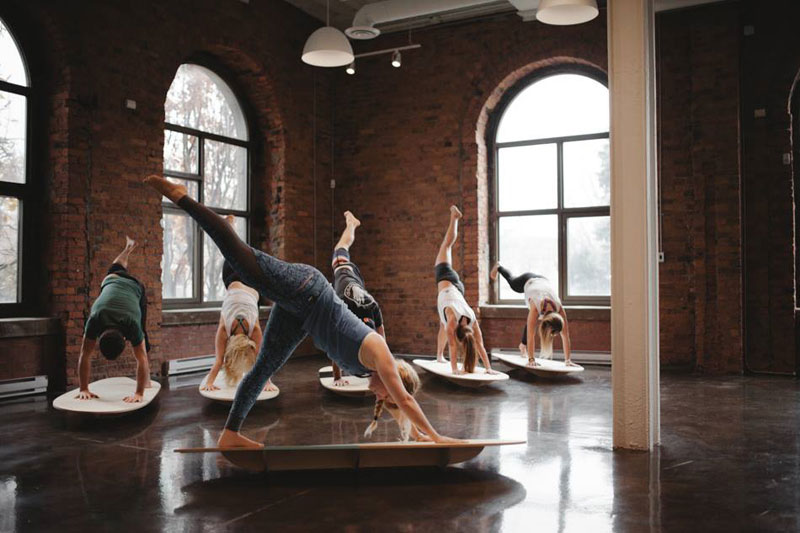 Pop Yoga sur Unda Board par Pop Spirit au Saint Jude Espace Tonus | Blog Montreal Addicts