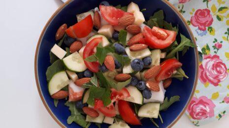 salade facile roquette, bleuets, tomates, concombre, fromage